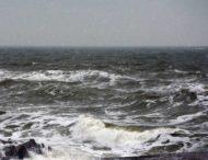 Туристы на берегу толкались в очереди за «морскими дарами»