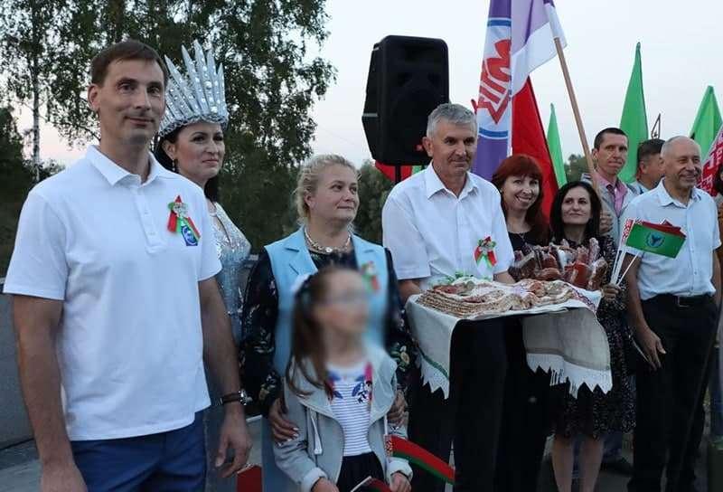 В Беларуси сторонников Лукашенко торжественно встречали книгой из сала