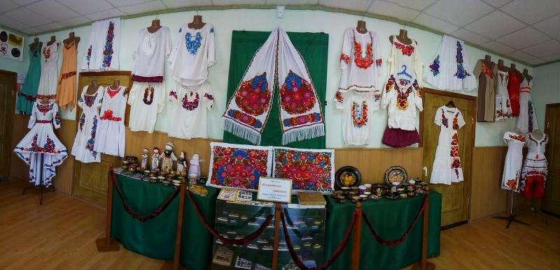 На Днепропетровщине открыли выставку необычных вышиванок (фото)