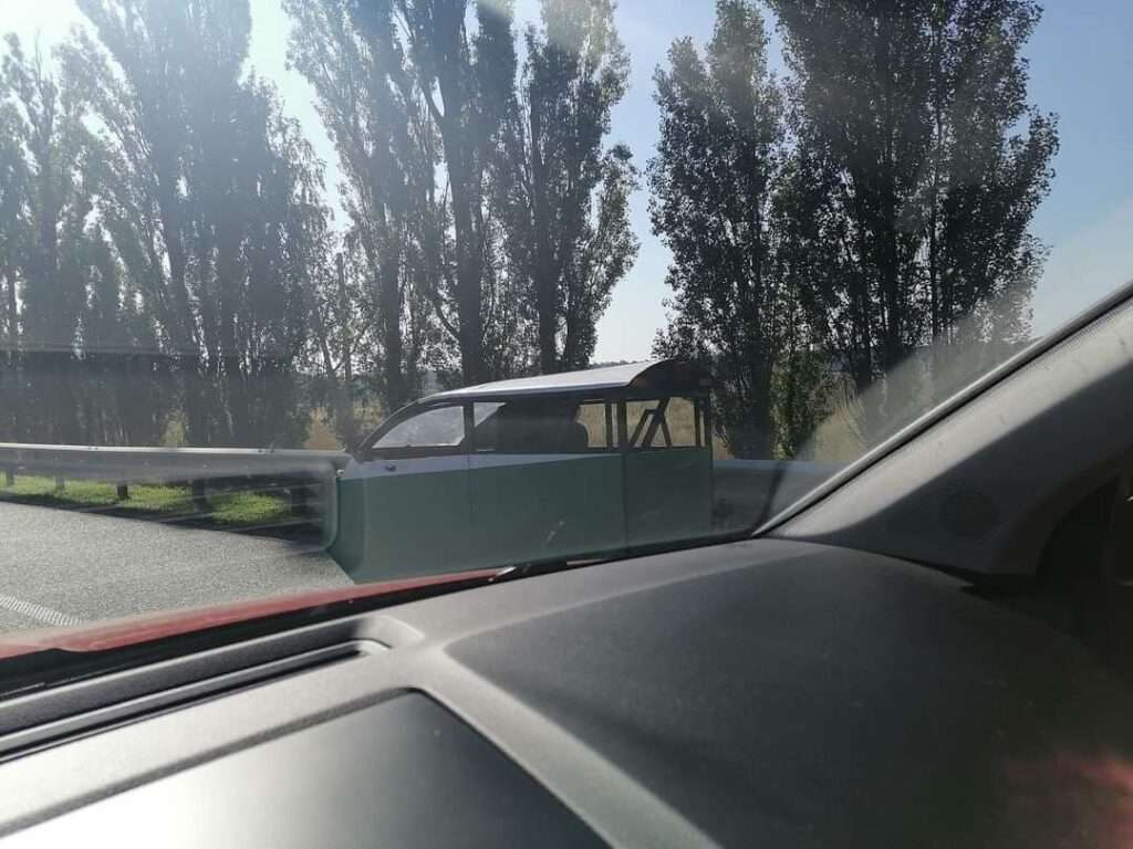 На трассе в Киеве заметили забавный «ящик» на колесах
