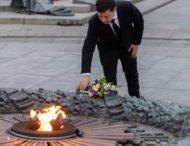 У День вигнання з України нацистських загарбників Президент поклав квіти до могили Невідомого солдата